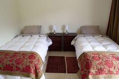 Sängar i ett hotellrum royaltyfri bild