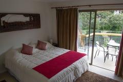 Sängar i ett hotellrum royaltyfri foto