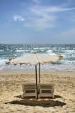 Sängar och paraply på stranden Royaltyfri Foto