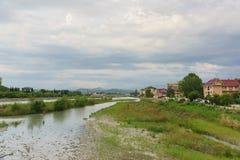 Sängen av den Mzymta floden och semesterortstaden av Adler på kusten Royaltyfri Bild
