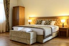 Sängen i ett hotell numrerar Fotografering för Bildbyråer