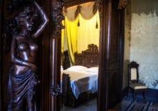 Sängen till och med spegeln arkivbild
