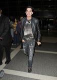Sänger Adam Lambert wird am LOCKEREN Flughafen, CA gesehen Lizenzfreies Stockbild