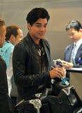 Sänger Adam Lambert wird am LOCKEREN Flughafen gesehen Lizenzfreie Stockbilder