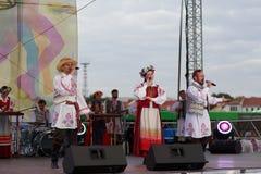 Sänger in den traditionellen Kostümen vor Ort Stockfoto