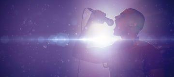 Sänger, der an belichtetem Nachtklub durchführt lizenzfreies stockfoto