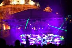 Sänger an einem quadratischen festlichen Konzert  Stockbild