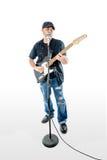 Sänger-Gitarrist Isolated auf dem weißen Soloing Stockfoto