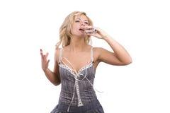 Sänger. Junge Frau, die in Mikrofon singt. Lizenzfreies Stockfoto