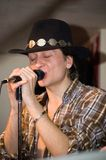 Sänger mit einem Mikrofon lizenzfreies stockfoto