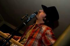 Sänger mit einem Mikrofon Lizenzfreie Stockbilder