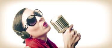 Sänger mit Mikrofon Lizenzfreie Stockfotografie