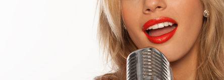 Sänger mit Retro- mic Stockfotos
