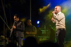 Sänger Omer Adam führt durch Stockbilder