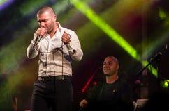 Sänger Omer Adam führt durch Stockbild