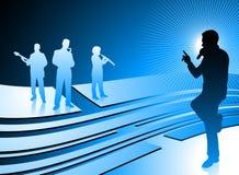 Sänger und Band auf abstraktem Internet-Blauhintergrund Lizenzfreies Stockfoto