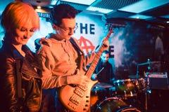 Sänger und Gitarrist auf Stadium während des Bandkonzerts stockbild