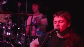 Sänger und Schlagzeuger im Konzert stock video