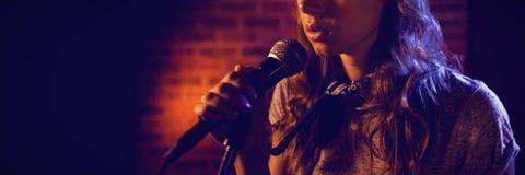 Sängerin, die bei der Ausführung weg schaut stockbild