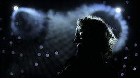 Sängerin hintergrundbeleuchtet auf rauchigem Stadium stock footage