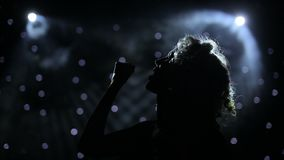 Sängerin hintergrundbeleuchtet auf rauchigem Stadium stock video footage