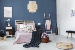 Sängkantkabinett med den svarta lampan royaltyfri fotografi