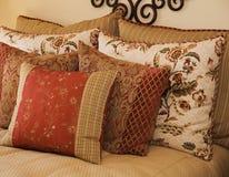 sängkläder cushions lyx Royaltyfri Fotografi