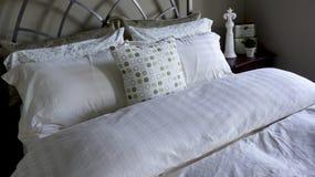 Sänglinnar och kuddar royaltyfria foton