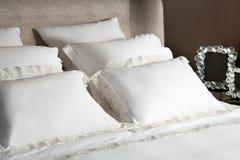 Sänglinne av den vita torkduken Fotografering för Bildbyråer