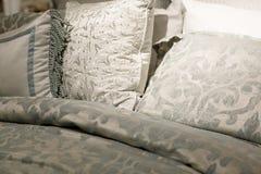 Sänglinne inredesign för hemmet royaltyfri bild