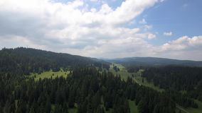 Sänka du Marchairuz el 1447 M Är ett passerande för högt berg i Jura Mountains i kantonen av Vaud i Schweiz arkivfilmer