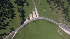 Sänka du Marchairuz el 1447 M Är ett passerande för högt berg i Jura Mountains i kantonen av Vaud i Schweiz lager videofilmer