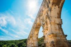 Sära detaljen av den forntida gamla romerska akvedukten för den berömda gränsmärket av Pon Arkivbilder