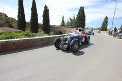Särar blåttAston en Martin Le Mans tagande till Migliaen 1000 Arkivbild