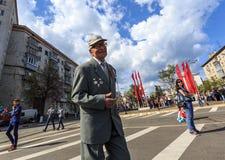 Särar gamla tagande för en veteran på det odödliga regementet på 9 Maj, 2016 i Ulyanovsk, Ryssland Royaltyfri Foto