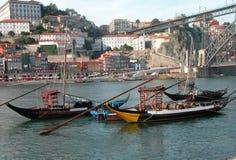 Särdragfartyg bär trummor av vin på den Douro floden i Porto royaltyfri bild