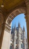 Särskild sikt av berömda Milan Cathedral Duomo di Milano, i Duomofyrkant, Italien royaltyfri fotografi