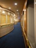 Särskild sikt av en lyxig korridor i ett kryssningskepp fotografering för bildbyråer