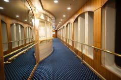 Särskild sikt av en lyxig korridor i ett kryssningskepp royaltyfri foto