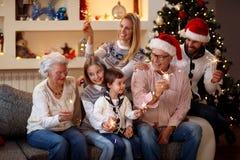 Säsong, åldring, gåvor, ferie och folk-familj med spridaren Royaltyfri Bild