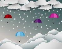 Säsong av regnigt i pappers- konstplatsbakgrund, paraply som svävar över molnnaturlandskapet Royaltyfri Fotografi