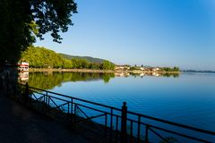Säsong för Ioannina stadssommar i morgonen Grekland royaltyfri fotografi