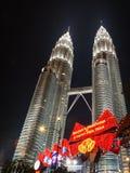 Säsonghälsningar och ett tecken för lyckligt nytt år på de Petronas tornen Arkivbilder