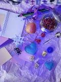 Säsongsbetonad dekorativ julsammansättning från en anteckningsbok, blyertspennor, filthjärtor, snitt ut ur papper, snöflingor l royaltyfria foton