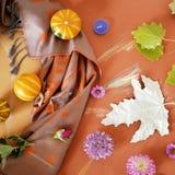Säsongsbetonad dekorativ sammansättning av krogar, stearinljus, höstsidor på guling tonat papper som klistras med målad fotografering för bildbyråer