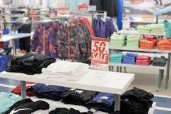 Säsongsbetonad försäljning av kläder i St Petersburg - rabatter upp till Fotografering för Bildbyråer