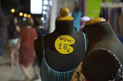 Säsongsbetonad försäljning i gataklädlagret som är öppet i aftonen för turister arkivfoto