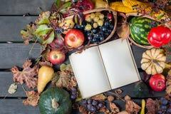 Säsongsbetonad frukt och pumpor Royaltyfri Fotografi