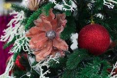 Säsongsbetonad garnering för jul, röda bollar och blommaprydnad på Fotografering för Bildbyråer