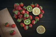 Säsongsbetonad jordgubbestilleben Arkivfoto